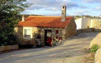 3 Noites num T1 para 2 pessoas + Visita guiada à Aldeia perto da Serra da Estrela por 98€!