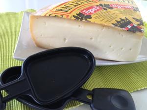 Raclette de queijo Suíço derretido acompanhado de batata e enchidos para 2 pessoas pelo preço de 1