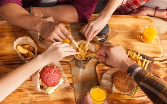 Menu para Grupos: Entradas + Prato + 2 Bebidas com Oferta de Bolo de Aniversário por 12€/Pessoa ao Jantar nas Laranjeiras!
