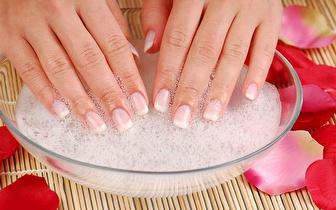 Manicure e Pedicure com exfoliação e remoção de calosidades, por apenas 14€!