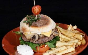 Menu Completo para 2 pessoas de Hambúrguer Artesanal no Bolo do Caco por 20€, junto a Sete Rios!