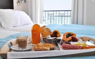 Alojamento para 2 Pessoas em Quarto Duplo com Vista Lateral Mar + Pequeno Almoço + Jantar por 95€ na Nazaré!
